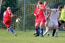 Třetí remízu v řadě uhráli fotbalisté Pohledu. Tentokrát si body rozdělili s Habry.  Na snímku střílí pohledský Tomáš Šnobl (č. 5) úvodní gól utkání.