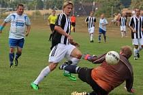 Čtyři góly v derby s Pohledem vsítil ledečský útočník Jan Bláha (v pruhovaném), který právě podruhé překonává gólmana Jana Růžičku.