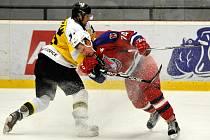 Při derby mezi Havlíčkovým Brodem a Moravskými Budějovicemi si soupeři nedali ani centimetr ledu zadarmo.