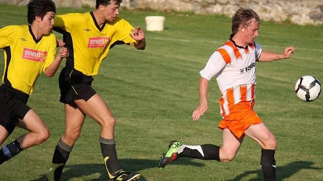 Kromě Světlé doma neprohráli ani fotbalisté Chotěboře (vlevo).