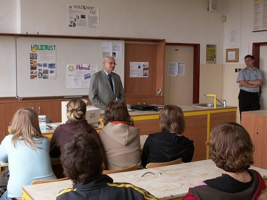 Přežil tři koncentráky. André Spitzer vyprávěl i v Základní škole V Sadech v Havlíčkově Brodě o svém pobytu v koncentrácích.