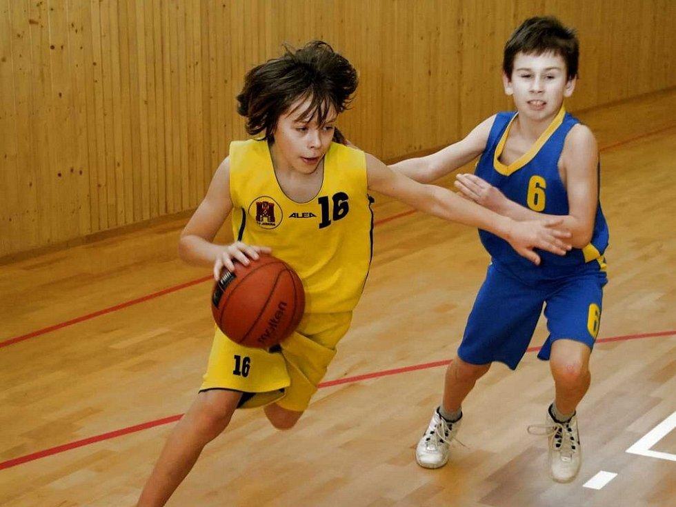 Dva debakly. Basketbaloví starší minižáci Havlíčkova Brodu (ve žlutém Tomáš Spilka) si z palubovky BK Pardubice odvezli dva příděly.