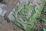 Pod tímto náhrobním kamenem uloženým v sousedství kostela sv. Václava by měl být hrob zřejmě obětí moru.