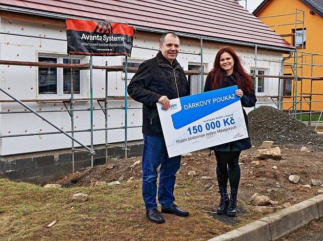 Šek na darovaný stavební materiál si Kateřina Městecká převzala v rozestavěném domě v Libici nad Doubravou.