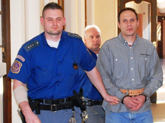 Poté, co si Libor Mráz vyslechl rozsudek, putoval pod dozorem justiční stráže zpět do brněnské vazební věznice.