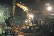 Vilémov, 4. 9. večer. Hasiči nasadili při záchranářských pracích veškerou techniku.
