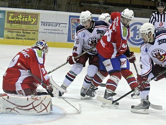 Hokejisté Havlíčkova Brodu (v bílých dresech) i Třebíče budou s dvanáctým kolem první ligy spokojení. Horáci si odvezli cenný bod z Chomutova, Rebelové si doma s přehledem poradili s Pískem.