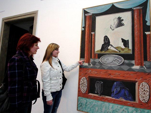 Zdenek Rykr tento obraz namaloval v roce 1939, krátce před dobrovolnou smrtí. Dílo si prohlíží Hana Císařová s dcerou Zuzanou Pátkovou. Do Chotěboře obě přijely z Uhelné Příbrami.
