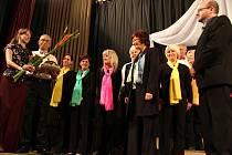 O dva roky starší sbor Jasoň z Havlíčkova Brodu ke zpívané gratulaci jubilujícímu Doubravanu do Chotěboře přivezl dort. Z rukou předsedy  Jasoně Čestmíra Doležala (vlevo) sladký dar s číslovkou 150 převzal předseda Doubravanu Jozef Pikla.