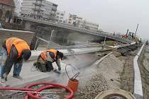 Od dubna je mimo provoz 150 let starý most, který řeku Sázavu překlenuje u kostel sv. Kateřiny. Dodavatel, kterým je SDS Exmost, se snaží tuto důležitou dopravní tepnu zprůjezdnit, pokud možno do poloviny prosince.