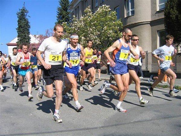 Účastnický rekord nepadl. Na start chotěbořského běžeckého poháru se tentokrát postavilo okolo padesáti tří závodníků.