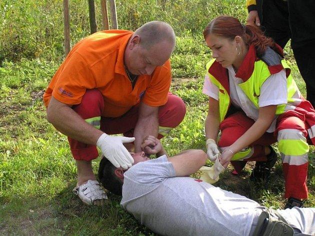Zdravotníci muži vpíchli injekci a odvezli ho kvůli rance na hlavě na rentgen.