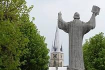 Husův pomník v Ledči je dominantou stejnojmenného náměstí, po zásahu restaurátorů je jako nový.