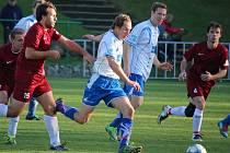 Výhru si v přípravném zápase připsali fotbalisté Havlíčkovy Borové (v červeném), kteří se utkali se zkušeným céčkém brodského Slovanu.
