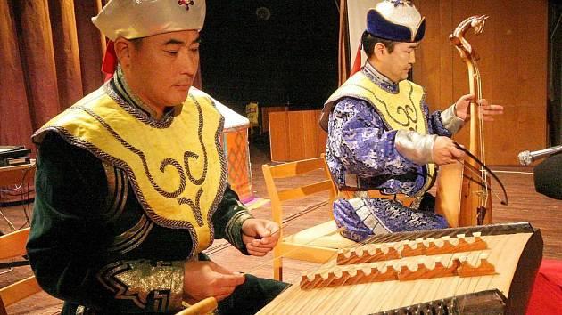 Velká vzájemná soudržnost je typická pro mongolskou komunitu, která žije a pracuje na Havlíčkobrodsku.  Mongolové  se  rádi setkávají a není pro ně nic těžkého uspořádat třeba i velký folklorní festival. Takový jako byl loni v brodském KD Ostrov.