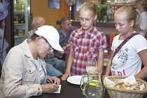 Zájemců o autogram známé herečky Zdeny Hadrbolcové nebylo málo ani z řad té nejmladší generace.