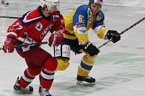 Havlíčkobrodští Rebelové (vlevo obránce Jan Soldán) inkasovali všechny čtyři branky v úvodním semfinále v Ústí nad Labem v oslabení.