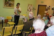 O činnosti  sociální firmy Semitam  a práci jejích dílen vyprávěla včera havlíčkobrodským seniorům vedoucí  Martina Kadlecová.