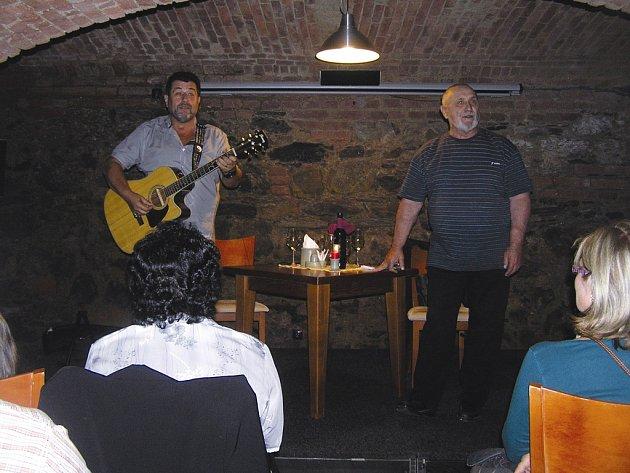 """My soudíme podle zákoníku. Herci Zdeněk Junák (vlevo) a František Švihlík (vpravo) přiblížili návštěvníkům brodského vinného sklípku zákulisí  """"četnického"""" seriálu."""