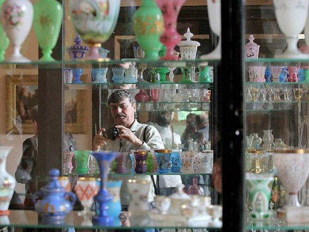 Turisté se mohou těšit na expozici evropského historického skla, hodin a obrazů.