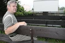"""Letní kino. Už 20 let v Krucemburku funguje i letní kino. """"To má svoji atmosféru a diváci sem za pěkného počasí dorazí,"""" říká Ladislav Polanský."""