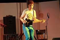 V předchozích ročnících přibyslavského festivalu vystoupil ve farním areálu třeba i Petr Wajsar aneb Pět kapel v jednom člověku.