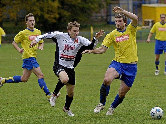 Fotbalisté Herálce vyzvou po ždírecké Dekoře dalšího okresního rivala – Slovan Havlíčkův Brod (v bílém Petr Slanař). Budou tentokrát úspěšnější než ve středu?
