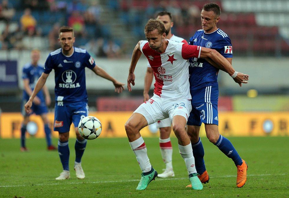 Tomáš Souček u míče v utkání SK Sigma Olomouc - SK Slavia Praha.