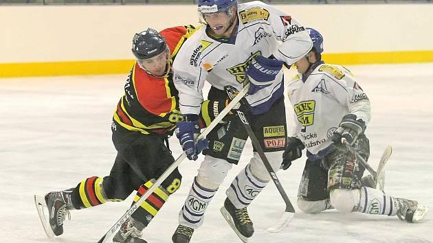 V základní části Krajské ligy skončilo Velké Meziříčí (v bílém) čtyři body za vítěznými Boskovicemi.