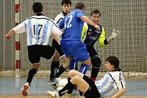 Chotěbořská Boca (v bílém) ve druhé lize předvedla s Vyškovem pořádnou kanonádu. V utkání padlo dvacet branek a každý z  týmů si připsal přesnou polovinu.