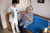 Domácí hospicová péče spočívá v tom, že v období umírání není člověk sám. Ačkoli je u sebe doma, neleží v léčebně nebo jiném zařízení, starají se o něj odborníci. Ilustrační foto