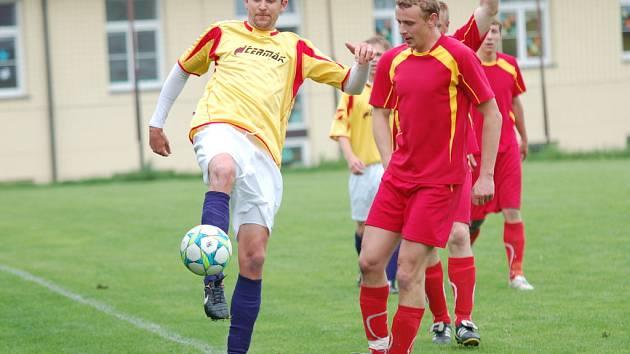 Speřický útočník David Holoubek (vlevo) si proti Pohledu zastřílel. Na gólové smršti se podílel hned čtyřmi brankami a pomohl tak velkolepému obratu svého týmu.