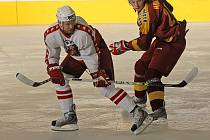 Obránce prvoligových hokejistů Havlíčkova Brodu Jaroslav Borůvka (v bílém) nastoupil proti Táboru jako kapitán.