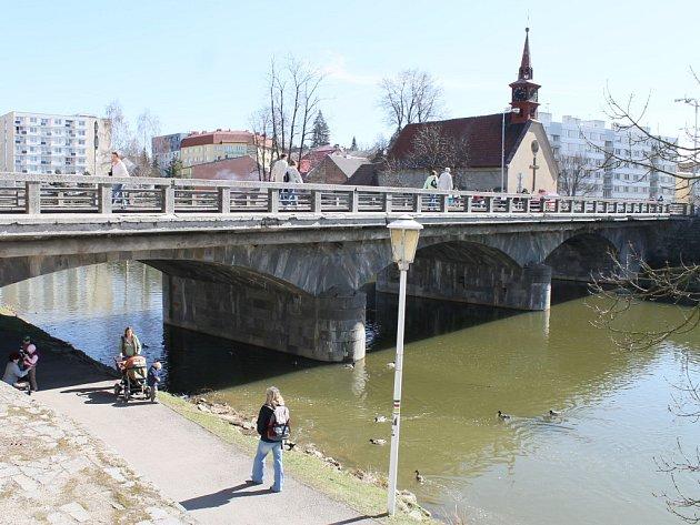 Most u kostela sv. Kateřiny, který v Havlíčkově Brodě spojuje dva břehy řeky Sázavy, je důležitou dopravní tepnou. Pokud nedojde ke zdržení, již za několik dní započne jeho generální rekonstrukce. Pro motoristy by most měl být uzavřen od 16. dubna.