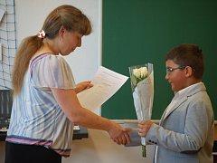 Také na Brodsku si v pátek řada školáků převzala výroční vysvědčení. Ilustrační foto.