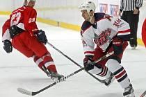 Zase doma. Po roce se v Kotlině objevil hokejový obránce NY Islanders Radek Martínek (v bílém), který se každé léto připravuje na ledě s hokejisty HC Rebel.