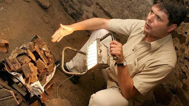 Další objevy nejsou vyloučeny. Před několika týdny našli dělníci část podzemní chodby pod MŠ Příčná. Na snímku ukazuje místostarosta Libor Honzárek nálezy z chodby.