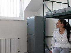 Nově zrekonstruované ložnice v půdních prostorách světelské věznice jsou vybaveny stejně prostě, jako ty stávající. Vybavení pokoje tvoří všehovšudy čtyři palandy, stolek s dvěma židlemi a čtyři skříňky pro osobní věci odsouzených žen.