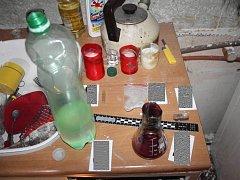 Při zásahu v bytě právě probíhala výroba drogy. Policie zadržela tři muže a dvaadvacetiletou ženu.