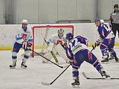 Šest zápasů v řadě prohráli světelští hokejisté (v bílém). S příchodem uzdraveného Jaroslava Žáka se Světelští zvedli a Poličku v domácím prostředí rozstříleli vysoko 7:1.