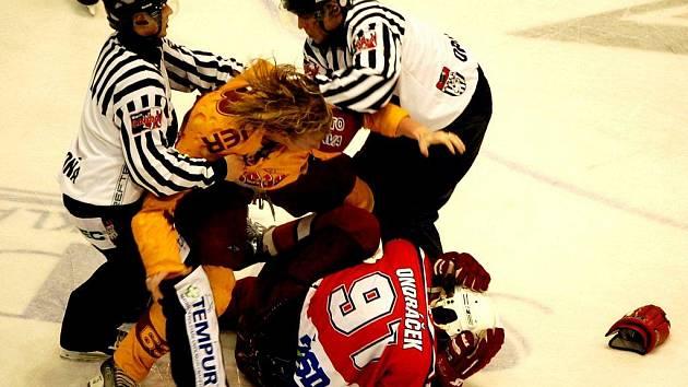 Poslední vzájemný zápas jihlavských a havlíčkobrodských hokejistů přinesl hodně vzruchu. K vidění byla i nefalšovaná bitka mezi Ladislavem Rytnauerem (ve žlutém dresu) a Martinem Ondráčkem. Jasně navrch v ní měl forvard Dukly.