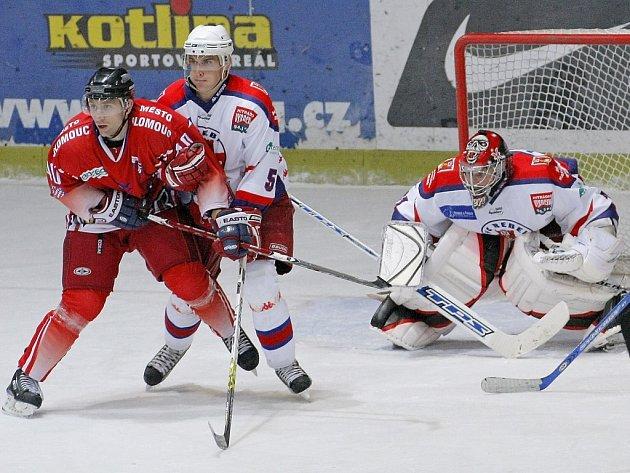 Havlíčkobrodští Rebelové (v bílém gólman Stanislav Neruda a obránce Jan Pavlík) se v sobotu poprvé v nové sezoně představili na domácím ledě. Hosté z Olomouce jejich nástup nezachytili.