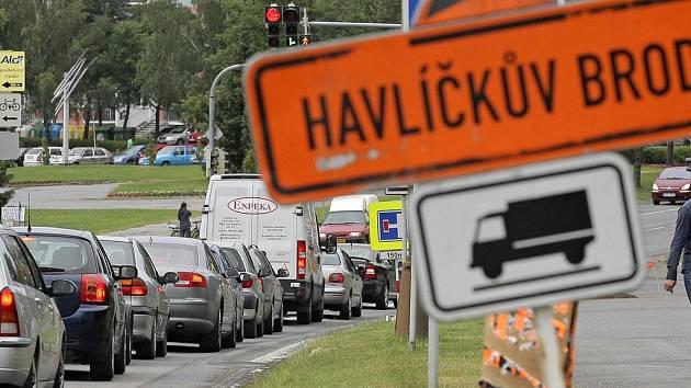 Uzavírky. Opravy a výstavby silnic sice na určitou dobu zkomplikují dopravu, ale řidiči a cestující se pak mohou těšit na nové nebo zrekonstruované úseky komunikací. Ilustrační foto: