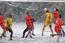 Sníh byl hlavním nepřítelem sobotního zápasu I. B třídy mezi fotbalisty Havlíčkovy Borové a Leštiny.