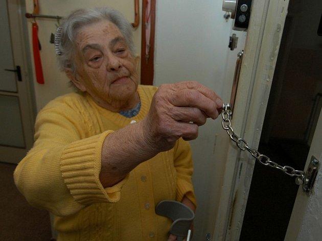 Důvěřiví senioři. Hrubé okrádání či lstivé vylákání peněz od starších lidí na Žďársku přibývá. Před podvodníky tak často až tragicky důvěřivé seniory pak neuchrání ani sebevíce kvalitní zabezpečení dveří. Zbývá jen opatrnost.
