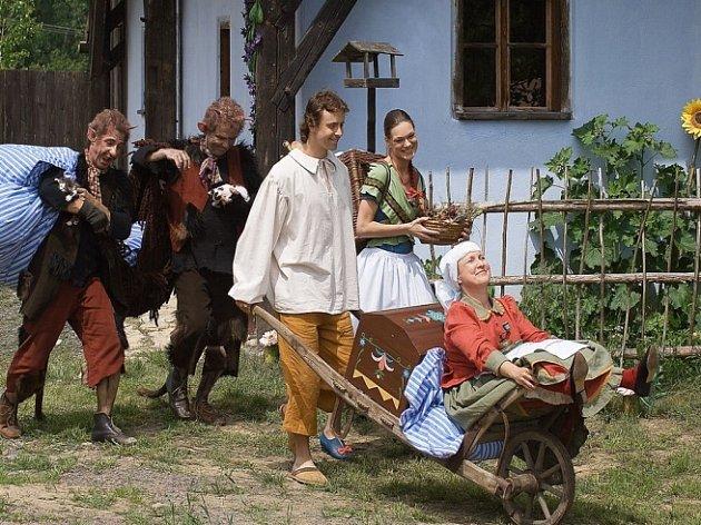 Velké stěhování. Honza s mámou, Madlenkou a čerty se stěhují do mlýna. Kleofášovi a Mariášovi nezbývá než se naučit pracovat.