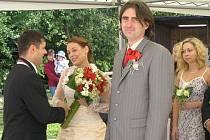 O největší překvapení pro svatebčany se ale postaral ženich, majitel penzionu Šejdorfský mlýn Zdeněk Křižanovský. Většina hostů totiž vůbec neměla tušení, že jedou na svatbu. Oficiálně byli pozváni na opékání selete.