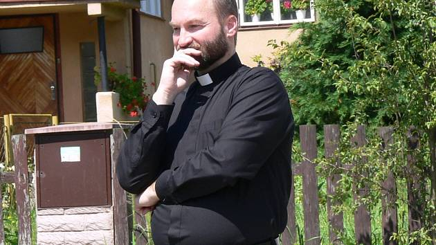 Skandál kolem zneužívání věřících žen Erikem Tvrdoněm vypukl v únoru 2014. Případ ještě není definitivně u konce a nad dvaapadesátiletým bývalým knězem se stále vznáší hrozba mnohem vyššího trestu.
