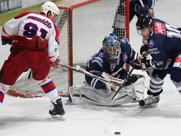 Havlíčkobrodský útočník Martin Ondráček (vlevo) se pokouší dostat k puku před gólmanem Benátek Jiřím Stejskalem. Rebelové zápas na domácím ledě nezvládli, prohráli 1:4.