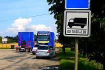 Parkoviště u odbočky ke smuteční obřadní síni a hřbitovu v Havlíčkově Brodě.